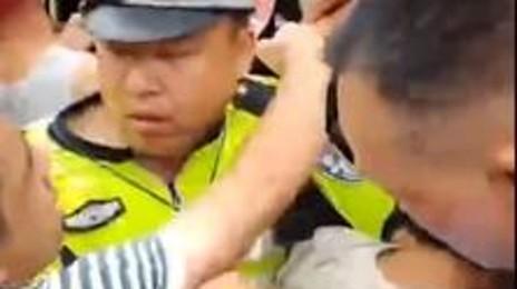 분노에 차 거리로 나온 중국 시민들