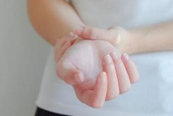 시큰거리고 찌릿한 손목 통증, '손목터널증후군'