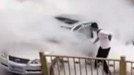 폭발 위험 무릅쓰고 차로 뛰어든 시민