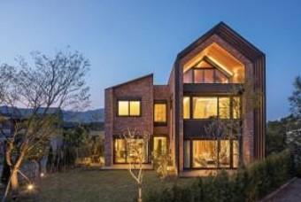 집 안 곳곳에 자연을 끌어들인, 박공지붕 벽돌집