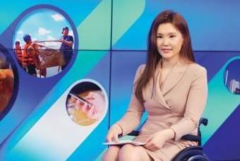 """휠체어 타는 앵커, """"최국화의 생활뉴스입니다"""""""